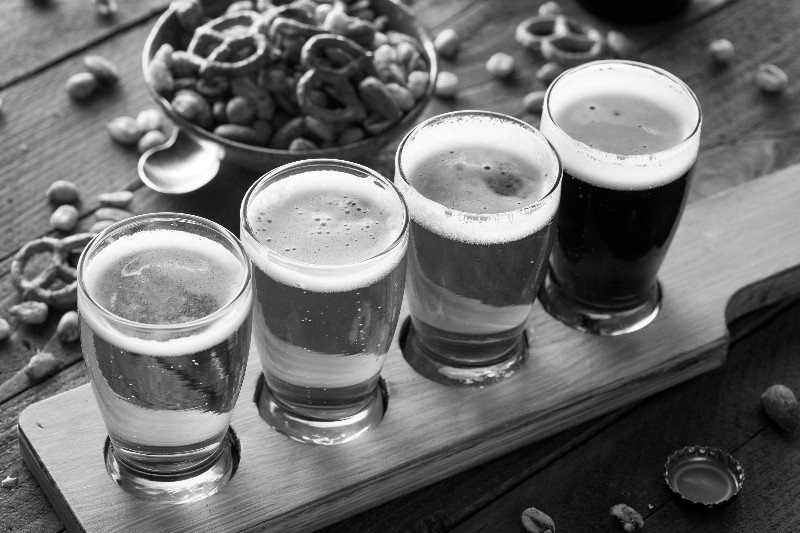 beer-flight-w-pretzels-BW